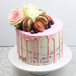 Pink Drizzle, macarons and flower cake, what could be better?